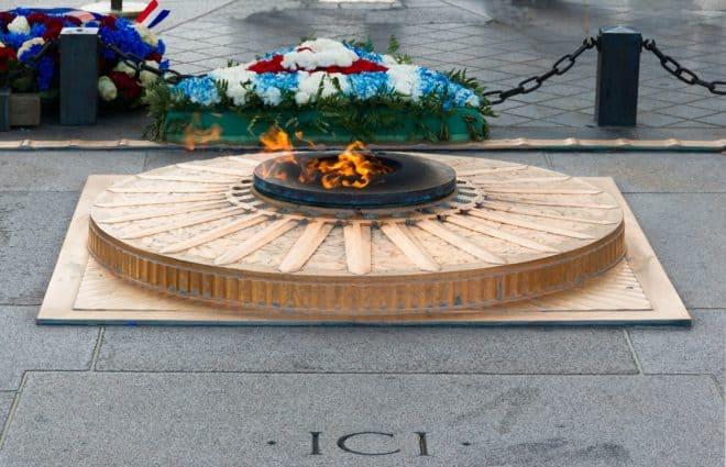 La flamme du Soldat inconnu, Arc de Triomphe à Paris.
