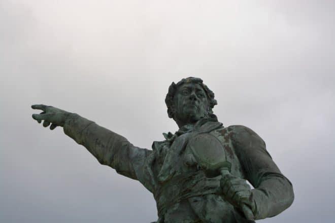 La statue de Robert Surcouf à Saint-Malo.
