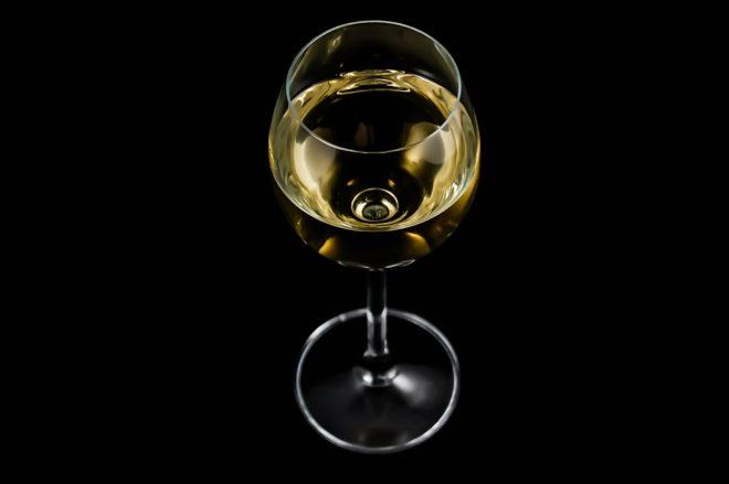 Illustration. Un verre de vin blanc.