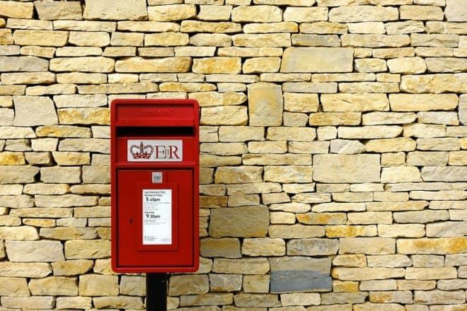 Une boîte aux lettres Royal Mail. Image d'illustration.