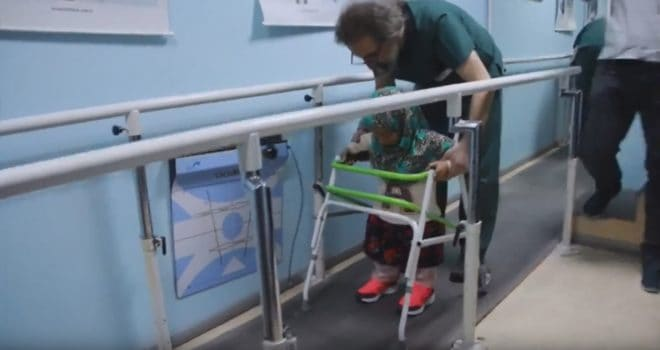 Maya, Syrienne de 8 ans née sans jambes, apprend a marcher avec des prothèses