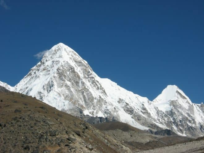 Le Pumori, chaîne de l'Himalaya.