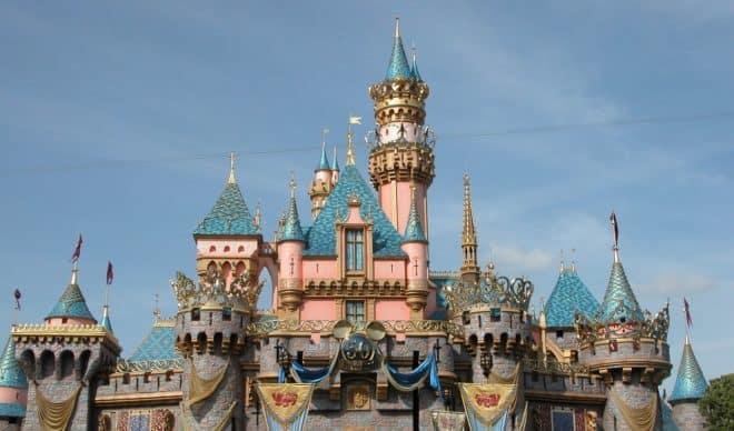 Le château de la Belle au Bois dormant à Disneyland, Californie (États-Unis).