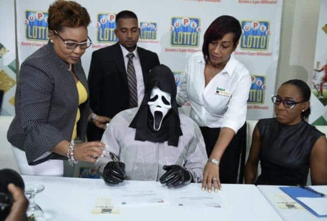 Le vainqueur du Loto jamaïcain et son masque du film Scream.