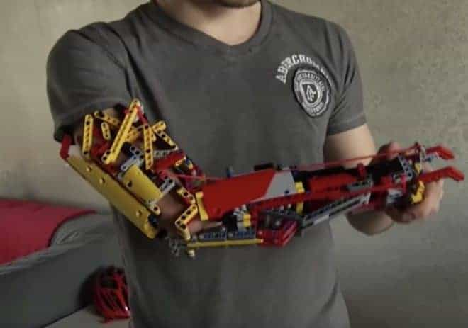 L'avant-bras en Lego de David Aguilar.