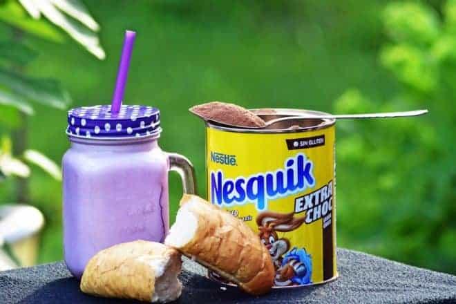 Boîte jaune de chocolat en poudre Nesquik. Image d'illustration.