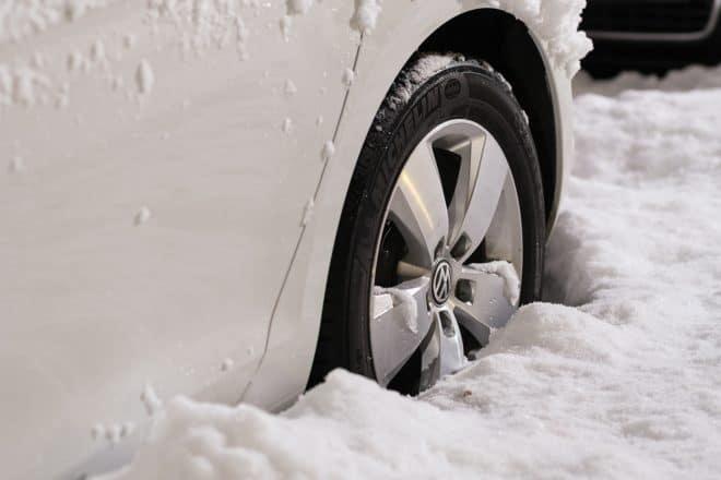 Illustration. Une voiture prise dans la neige.