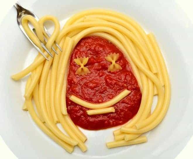 Illustration. Pâtes et sauce tomate.