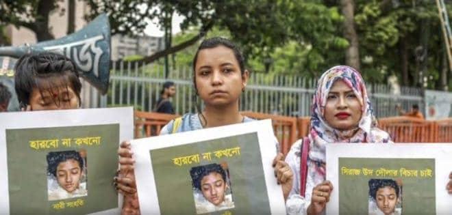 Manifestation après la mort de Nusrat Jahan Rafi, brûlée vive.