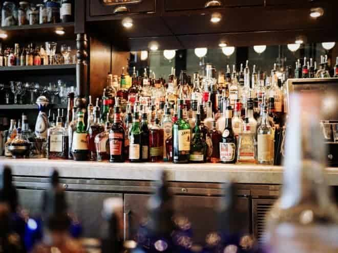 Illustration. Des boissons alcoolisées dans un bar.
