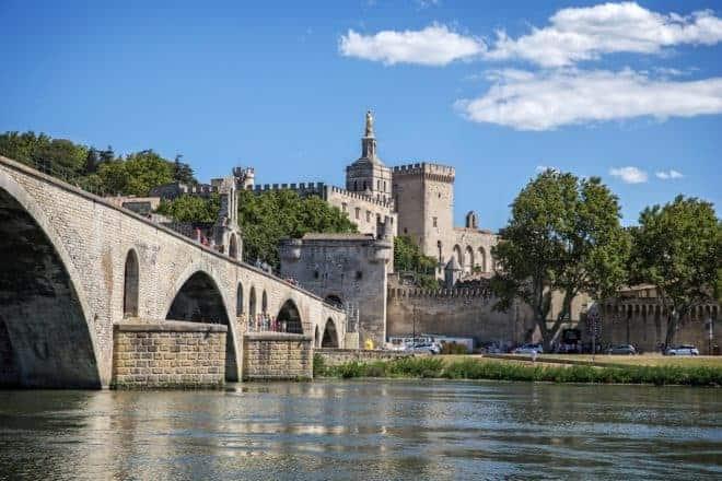 Illustration. Avignon et son célèbre pont.