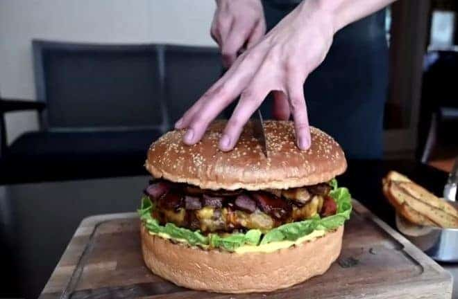 Le burger pour honorer l'intronisation d'un nouvel empereur, à Tokyo.