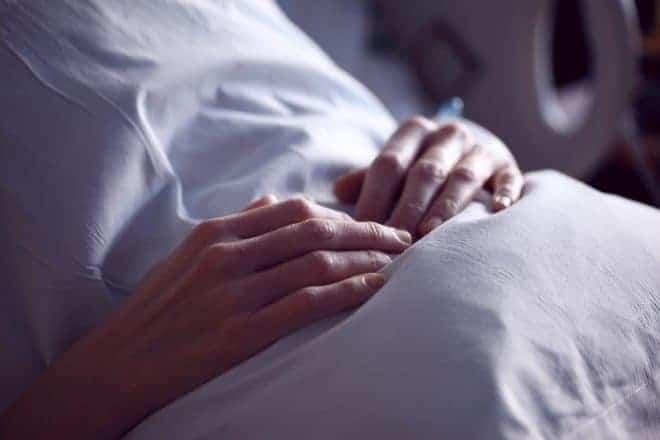 Illustration. Une patiente dans un lit d'hôpital.