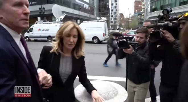 L'actrice Felicity Huffman arrivant au tribunal.