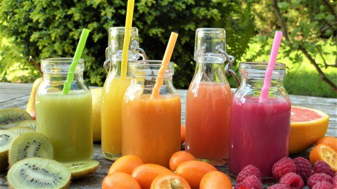 Des jus de fruits (smoothies). Image d'illustration.
