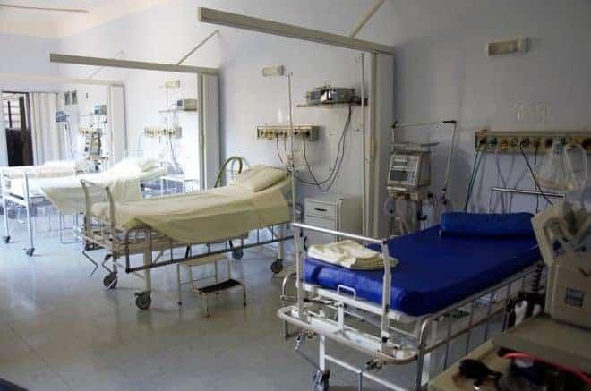 Des lits dans un hôpital. Image d'illustration.