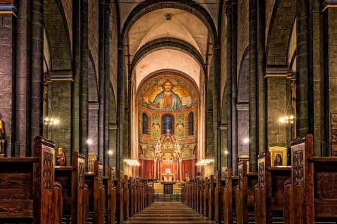L'intérieur d'une église. Image d'illustration.