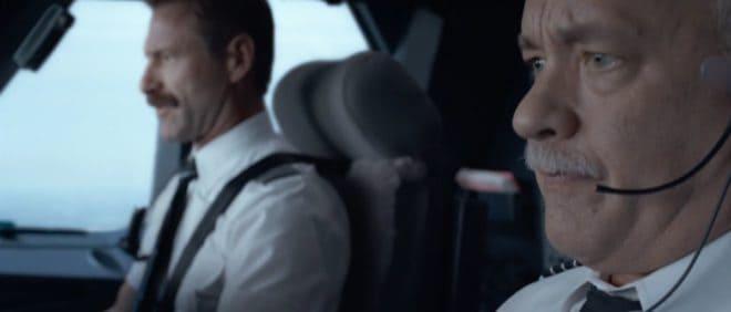 """Tom Hanks (premier plan) et Aaron Eckhart dans """"Sully""""."""