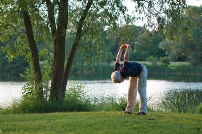 Un senior en train de faire du sport. Image d'illustration.