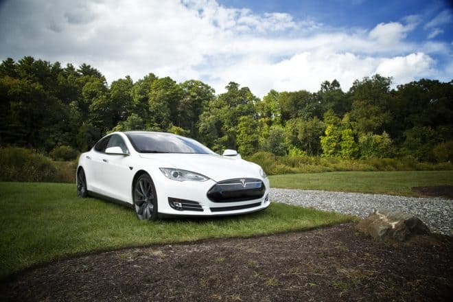 Une voiture de marque Tesla. Image d'illustration.