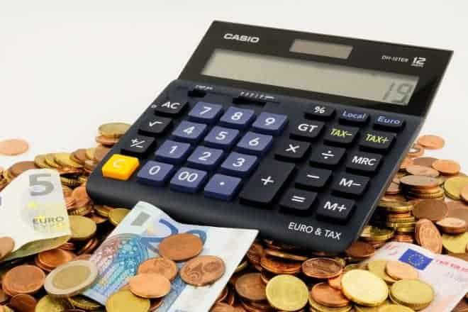 Photo d'illustration. Calculatrice, argent.