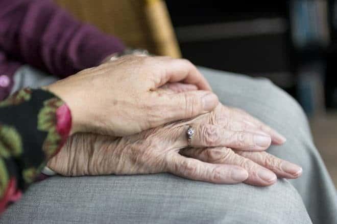Les mains d'une vieille personne.