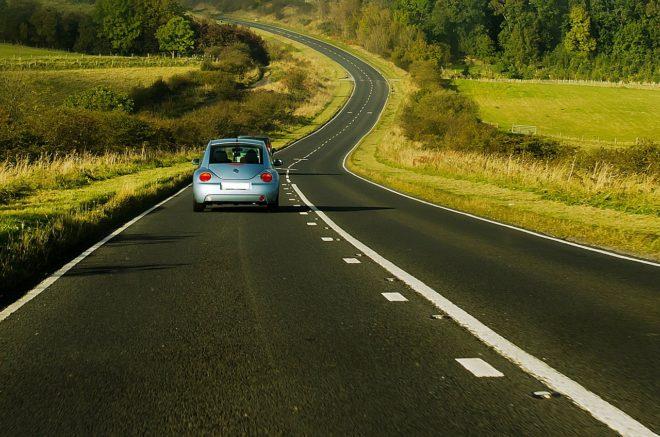 Photo d'illustration. Une voiture sur une route.