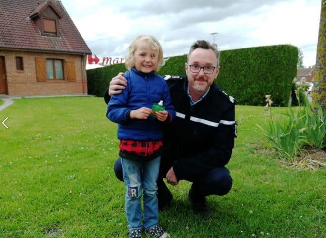 Faustin 5 ans, photographié avec son héros, un gendarme  qui l'a sauvé de l'étranglement.