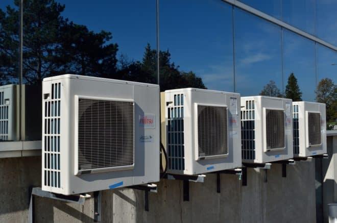 Illustration. Une rangée de climatiseurs.