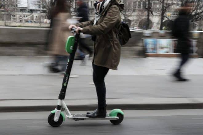 Une femme sur une trottinette électrique dans une rue de Paris, le 3 mars 2019