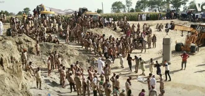 Les opérations de sauvetage de l'enfant tombé dans un puits en Inde (Juin 2019.)