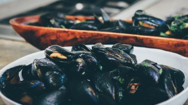 Illustration. Un plat de moules.
