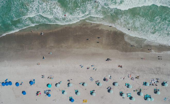 Illustration. Une plage vue du ciel.