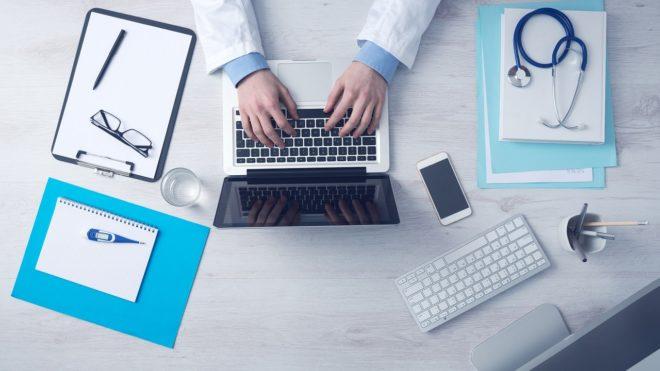 Un médecin sur son ordinateur. Image d'illustration.