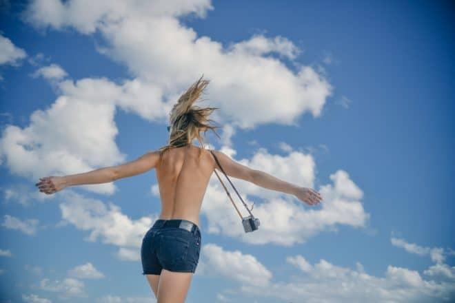 Une femme topless, ou seins nus. Image d'illustration.