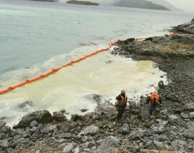 Ile de Guarello, Chili, juillet 2019. Tentative de contention d'une marée noire.