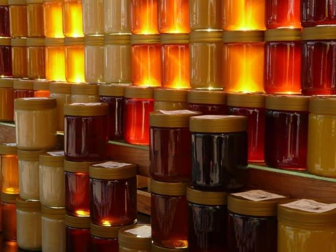 Des pots de miel. Image d'illustration.