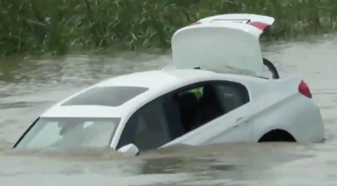 La BMW jetée à la rivière par un jeune Indien.