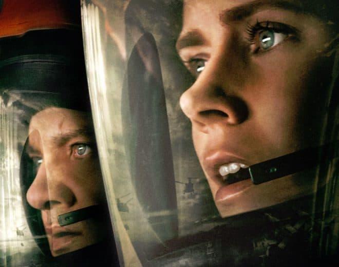 """L'affiche de """"Premier contact"""" avec Jeremy Renner et Amy Adams."""