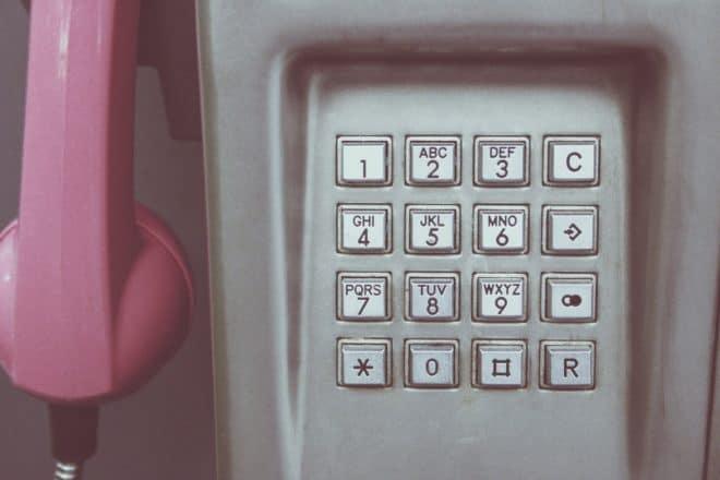 Illustration. Le clavier à touches d'une cabine téléphonique.