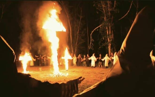 Illustration. Une croix brûlant lors d'une cérémonie du Ku Klux Klan.
