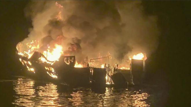 Le bateau Conception ravagé par les flammes au large de la Californie le 2 septembre 2019.