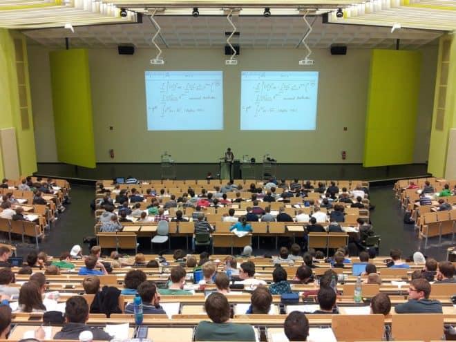 Illustration. Des étudiants pendant un cours magistral.