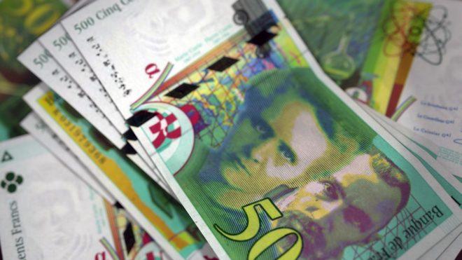Des billets de banque en francs. Image d'illustration.