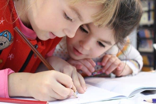 Des enfants à l'école. Image d'illustration.