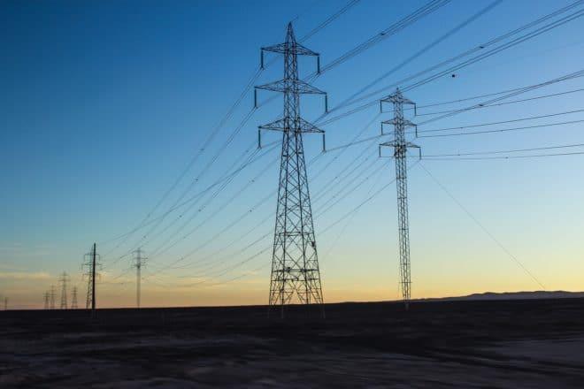 Illustration. Des pylônes électriques.