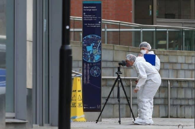 Des experts de la police au travail dans le centre commercial Arndale, à Manchester, dans le nord de l'Angleterre, théâtre d'une attaque au couteau le 11 octobre 2019