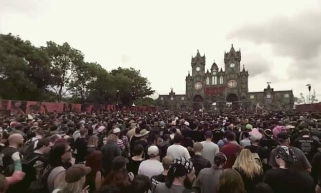 La foule se pressant à l'entrée du site du Hellfest.