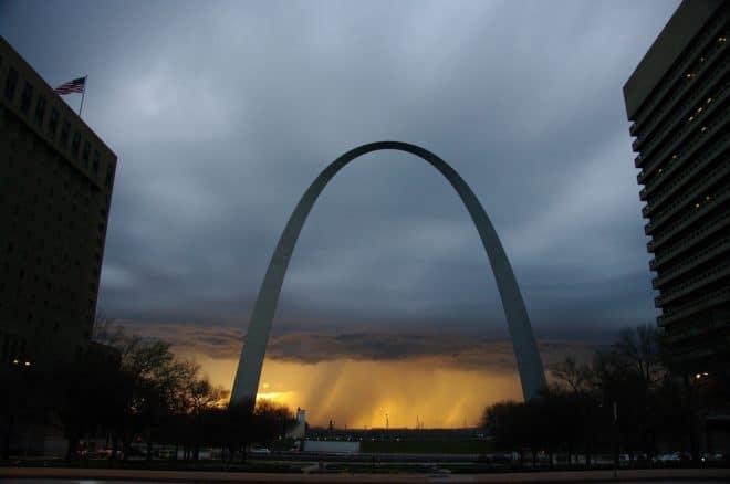 La Gateway Arch, dans le centre-ville de Saint-Louis dans l'État du Missouri.