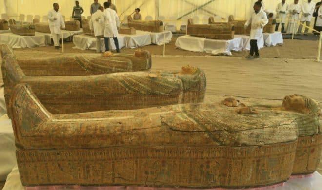 Les sarcophages dormaient sous le sable depuis trois millénaires.